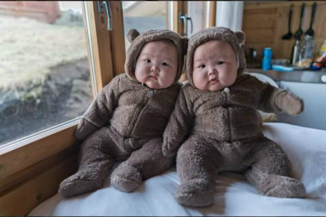 These adorable twins will turn your frown upside down